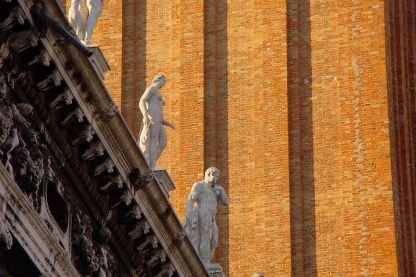 Photo de Statues on the roof against the wall of the bell towerSaint-Marc - l'Italie