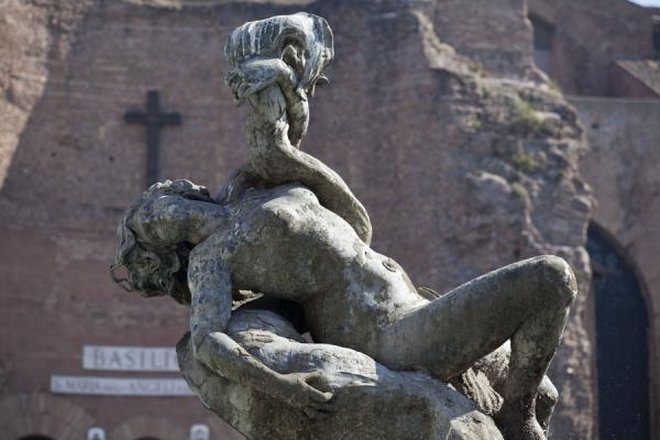 Foto di Sculpture at the fountain on the Piazza della Repubblica with the walls of the Baths of Diocletian in the backgroundRoma - Italia