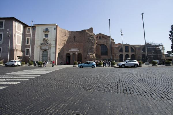 Foto di View of part of the ruins of the Baths of Diocletian from the Piazza della Repubblica, once the site of the calidariumRoma - Italia