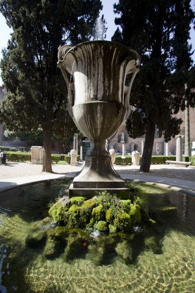 Centrepiece of the small square and park in front of the entrance to the Baths of Diocletian | Termen van Diocletianus | Italië