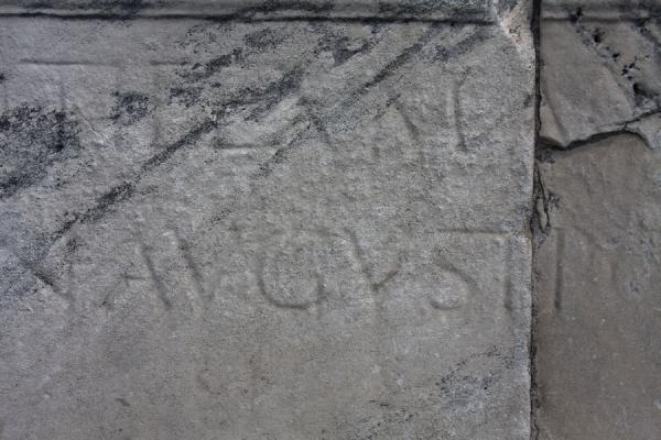 Foto di Detail of inscription mentioning August who started the construction of the Bridge of TiberiusPonte di Tiberio - Italia
