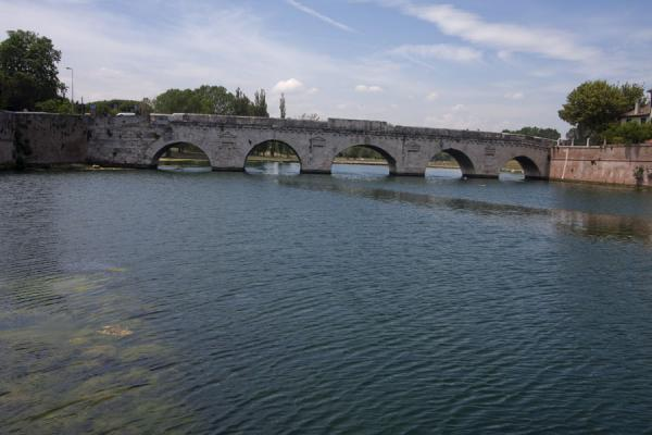 Foto de The Bridge of Tiberius seen from the east side over the Marecchia riverPuente de Tiberio - Italia