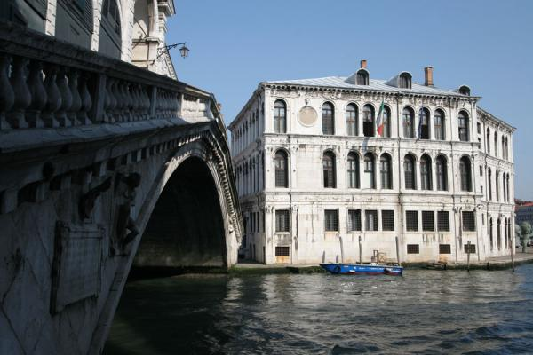 Picture of Canal Grande (Italy): View over Rialto Bridge and palazzo on Canal Grande