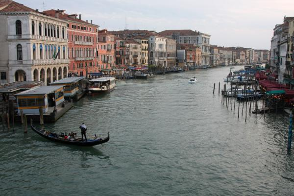 View from the Rialto Bridge over the Canal Grande just before sunset | Canal Grande | Italia