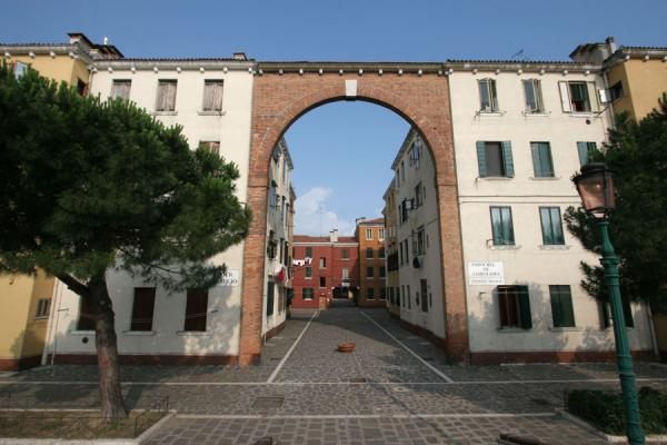 Foto de Arch over the entry to a small neighbourhood in CannaregioVenecia - Italia