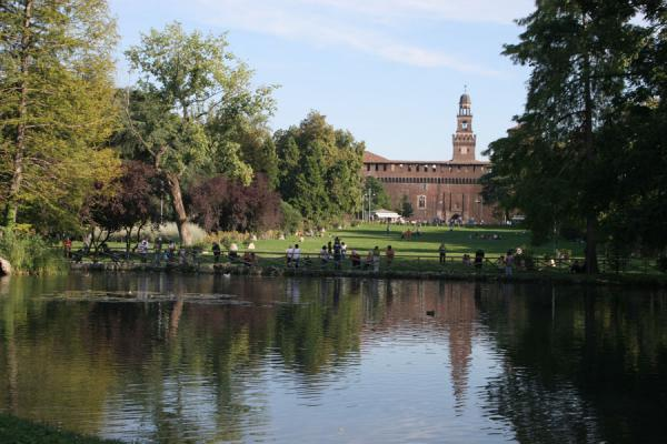意大利 (Castello Sforzesco: tower reflected in a lake in the adjacent Sempione park)