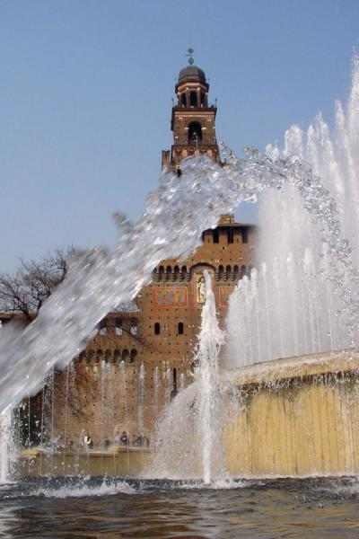 Central tower of Castello Sforzesco seen through the fountain | Castello Sforzesco | Italy