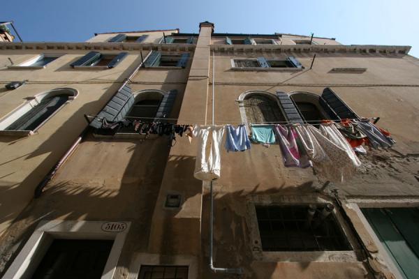 Looking up a house with laundry | Castello | Italy