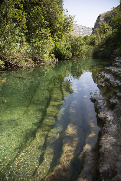 Foto de Small pool at the bottom of the canyonCava Grande del Cassibile - Italia