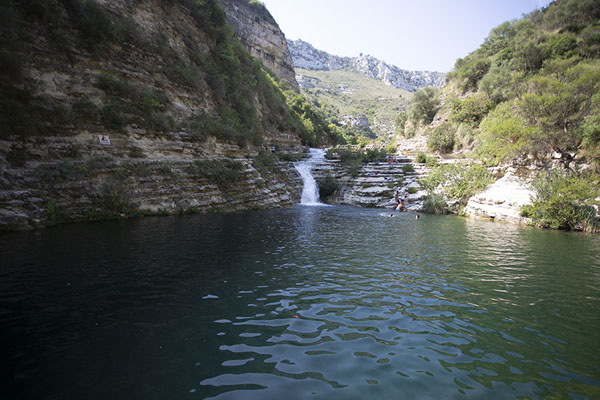 Photo de Pool with waterfall in the Cava Grande del CassibileCava Grande del Cassibile - l'Italie