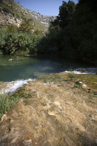 Photo de One of the pools at the bottom of the canyonCava Grande del Cassibile - l'Italie