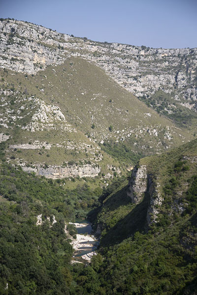 The canyon seen from above with the pools visible at the bottom of the canyon | Cava Grande del Cassibile | Italië
