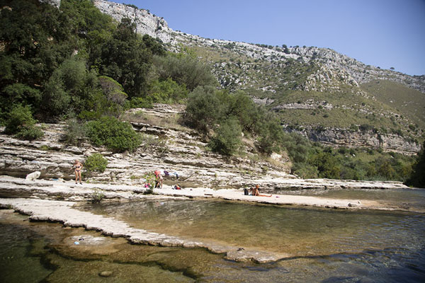 Foto de People relaxing at the pools of the Cava Grande del CassibileCava Grande del Cassibile - Italia