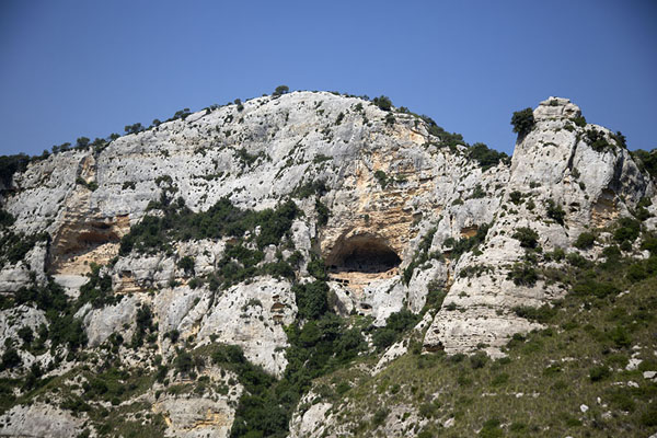 Huge caves in the rock face of the canyon | Cava Grande del Cassibile | l'Italie