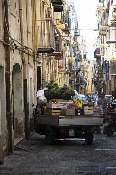 Small van loaded with vegetables in one of the narrow streets in Cefalù | Cefalù | l'Italie