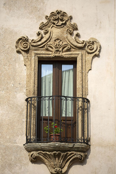 Decorated window frame and balcony on a house in Erice | Erice | l'Italie