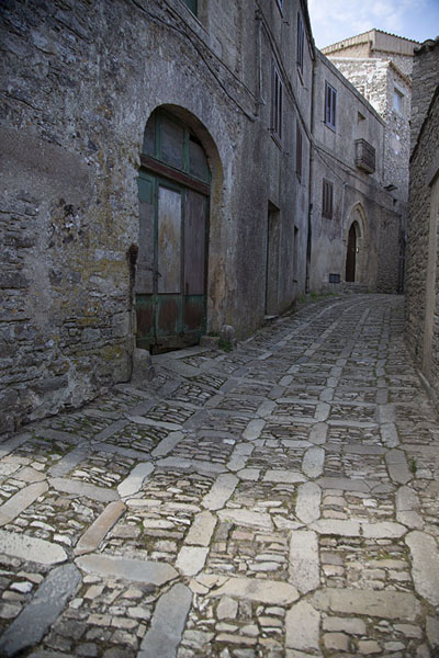 Street paved with stones in Erice | Erice | l'Italie