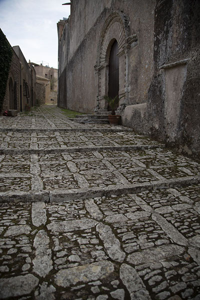 Street with entrance to one of the many churches of Erice | Erice | l'Italie
