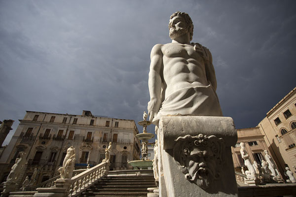 Foto van Statue of male with dark sky in the backgroundPalermo - Italië