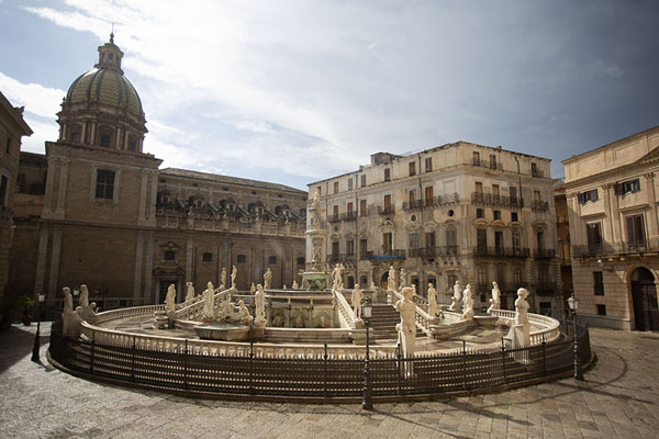 Foto van View of the Fontana Pretoria from the stairs of the Santa Caterina churchPalermo - Italië
