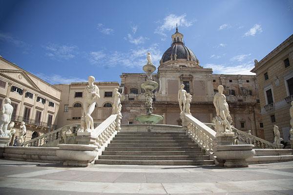 Foto di View of the Fontana Pretoria with the Santa Caterina church in the backgroundPalermo - Italia