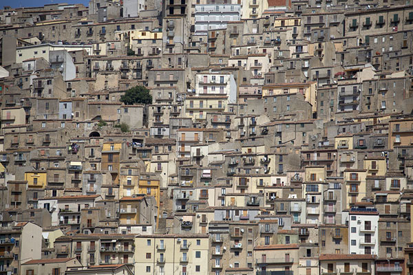 Seen from a distance, it looks like the houses of Gangi are built one on top of the other | Gangi | Italië