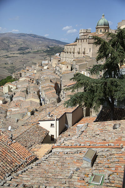 Foto van Looking out over the roofs of Gangi with the cupola of the Chiesa Madre in the backgroundGangi - Italië