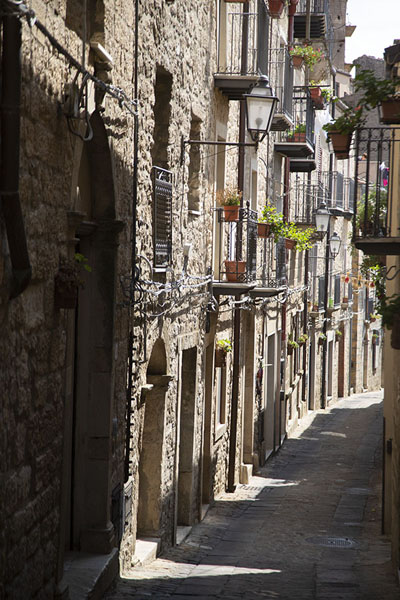 Photo de One of the many narrow streets in GangiGangi - l'Italie