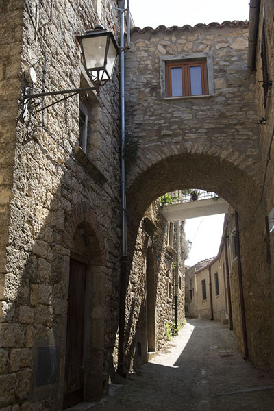 Street with arched connection in Gangi - 意大利