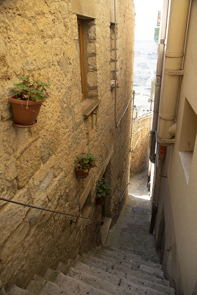 Stairs leading down a steep alley in Gangi | Gangi | Italië