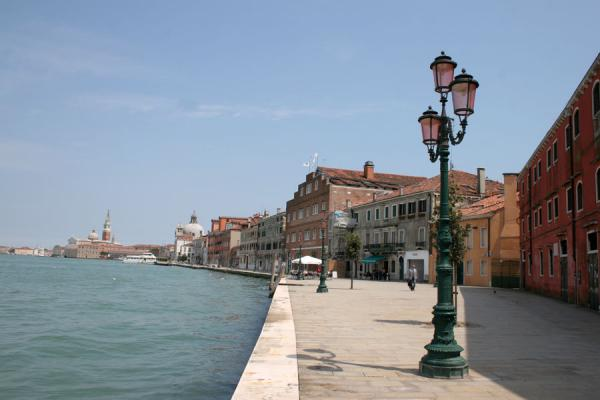 Foto de Boulevard of Giudecca with typical pink coloured lanternVenecia - Italia