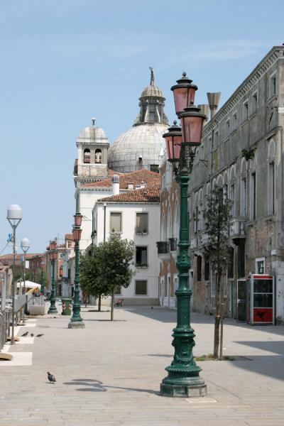 Foto de Lantern with Redentore church in the backgroundVenecia - Italia