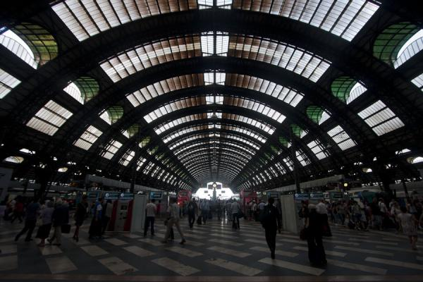 的照片 Platforms and tracks of Milan Central Station米兰 - 意大利