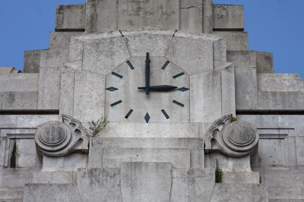 Foto di Clock on the facade of Milano Centrale railway stationMilano - Italia