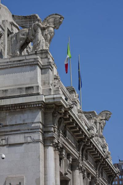 Photo de Winged horses decorating the facade of Milano Centrale railway stationMilan - l'Italie