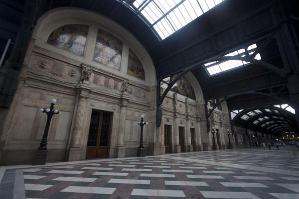 Foto de Grandeur of the 1930s reflected at track 21 of Milano Centrale railway stationMilán - Italia