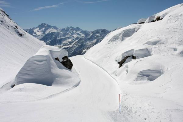 Picture of Monte Rosa skiing (Italy): Champoluc: one of the narrow slopes leading down the majestic mountains