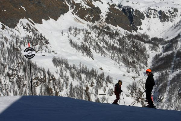 Picture of Monte Rosa skiing (Italy): Skiers about to descend towards Gressoney on a black slope