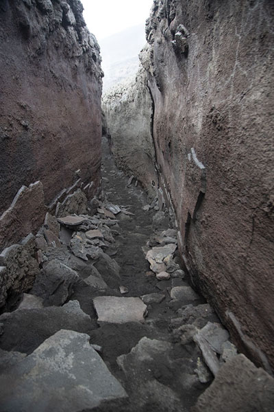 Walls of solidified lava on the slopes of the south side of Mount Etna - 意大利