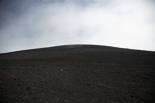 Foto van Looking up towards the summit of Mount EtnaMount Etna - Italië