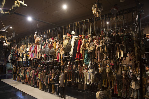 Room with hundreds of marionettes in the museum | Marionettenmuseum | Italië