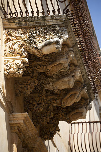 Female figures sculpted under a balcony of Palazzo Nicolaci di Villadorata | Noto | Italy