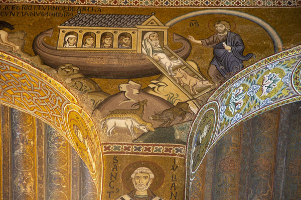 Foto di Detail of mosaics covering the columns and walls of the Capella PalatinaPalermo - Italia