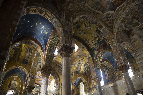 The richly decorated ceiling of the Church of Santa Maria dell'Ammiraglio | Palermo kerken | Italië