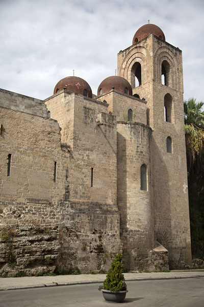 Photo de The domed towers of the San Giovanni degli Eremiti church in PalermoPalermo - l'Italie