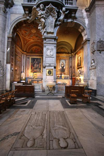Picture of Piazza del Popolo (Italy): Interior of Santa Maria del Popolo with graves and chapel
