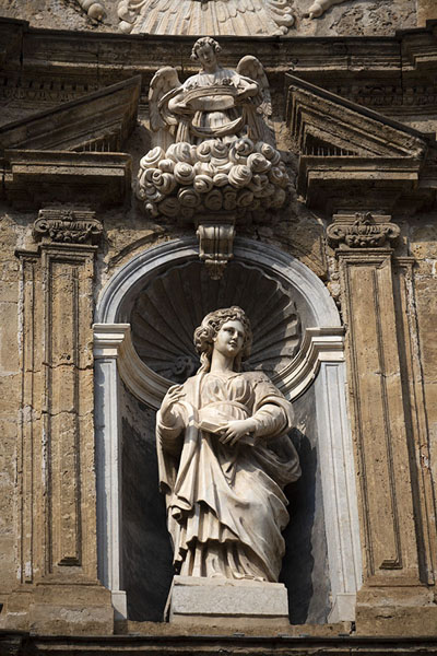 Photo de Close-up of statue on the north side of Quattro CantiPalermo - l'Italie