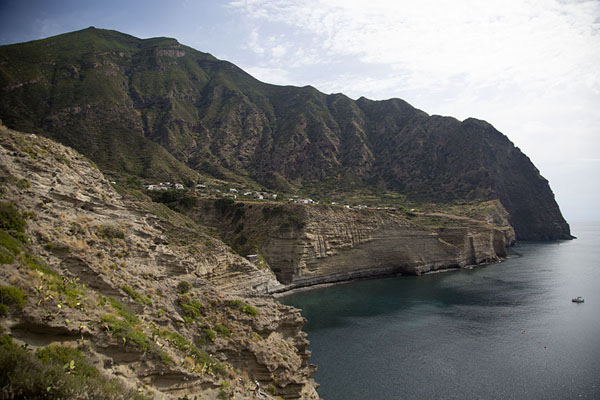 The spectacular coastline of the west of Salina | Salina | Italië