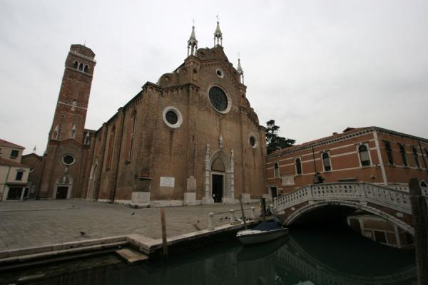 Foto van Santa Maria Gloriosa dei Frari church with bridgeVenetië - Italië