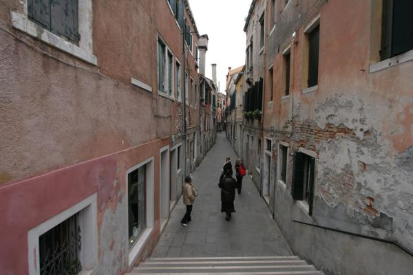 Picture of San Polo (Italy): Narrow alley in San Polo district